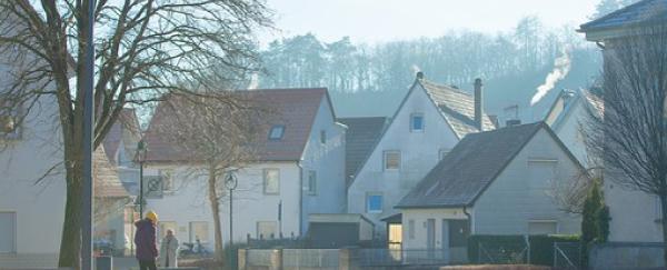 屋根が影っている家
